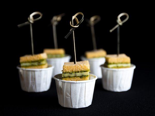Vega Delicious - Clubsandwich van truffelkaas en basilicumpesto hapje