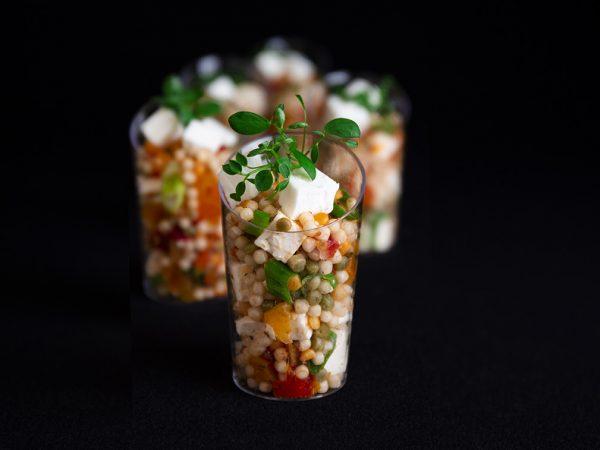 Vega Delicious - Feta met parelcouscous met abrikoos, tomaat en bosui hapje
