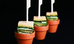 Famous Box - Clubsandwich met kruidenkaas met pesto en radijs.