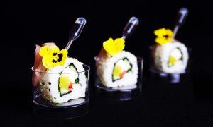 Inside-out sushi met rettich, paprika, komkommer en bieslook